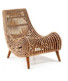 AKIT poltrona in rattan naturale con piedi in legno massiccio.